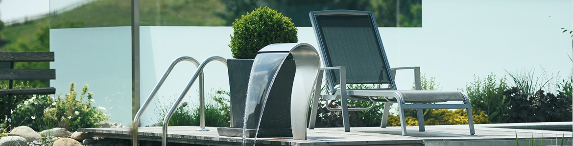 Garden privacy and wind protection with glass