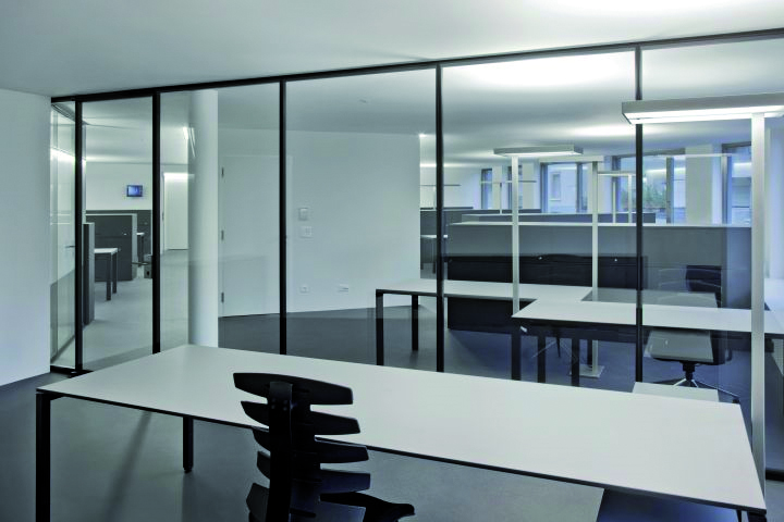 Glass partition wall with sound insulation