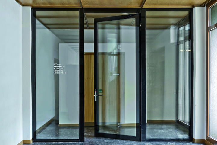 Glass partition wall with fire protection