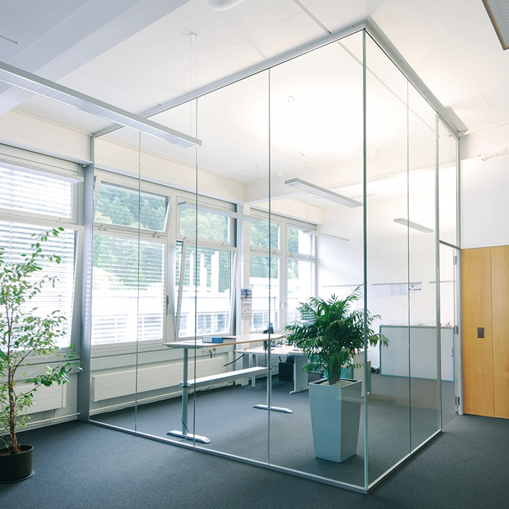 Glass partition wall corner glazing