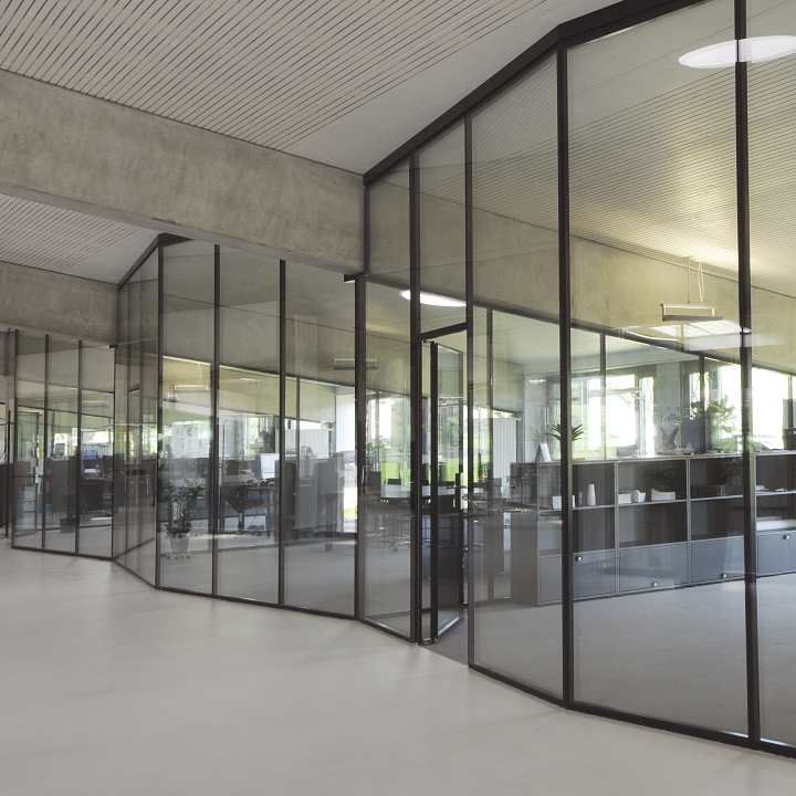 Glass partition wall floor-to-ceiling
