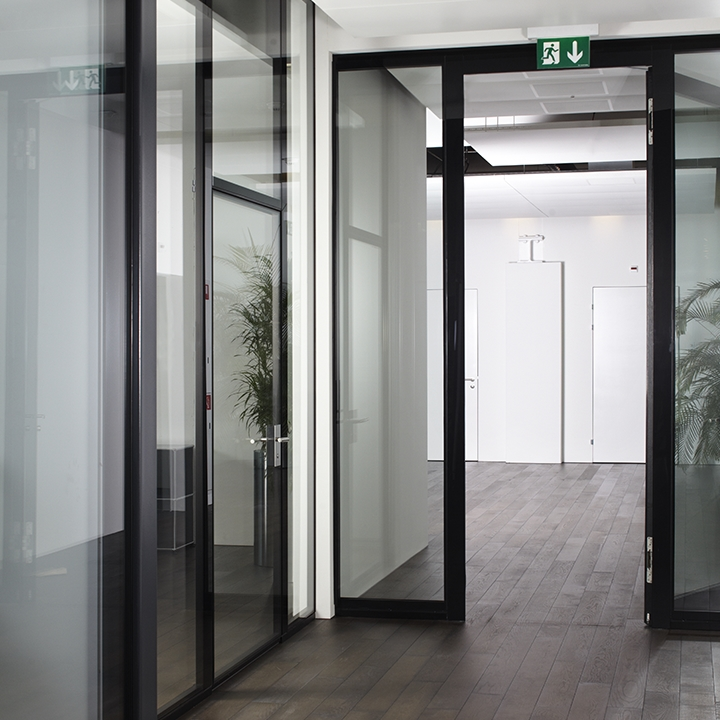 Glass partition system with fire protection